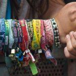 Il porte ses bracelets de festivals depuis huit ans, il se fait amputer d'un bras